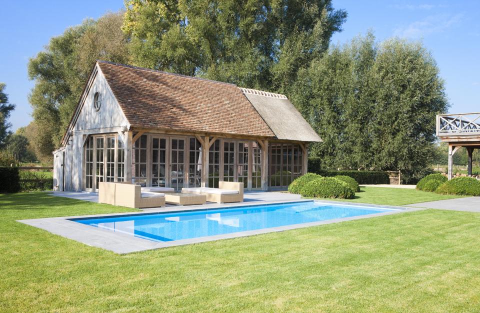 Prachtige houten poolhouse gebouwd door Lloyd Hamilton