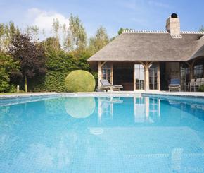 skimmer zwembad bekleed met mozaïek aangelegd door Azur Zwembaden, zwembadbouwer Oost-Vlaanderen
