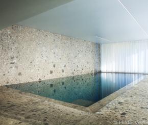 exclusief binnenzwembad afgewerkt met exclusieve natuursteen en mozaïek