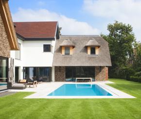 Betonnen zwembad bekleed met moza ek met parelmoer effect luxe zwembad de mooiste zwembaden - Mozaiek blauwe bad ...