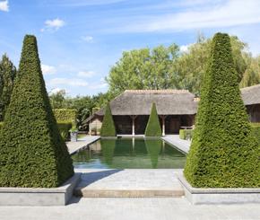Stijlvolle zwemvijver aangelegd door Cools bvba, als middelpunt van de tuin