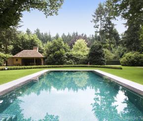 betonnen zwembad bekleed met veelkleurige mozaïek, luxe zwembad