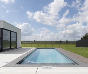 skimmerzwembad bekleed met lichtgrijze liner, Jomarco zwembadbouwer Oost-Vlaanderen