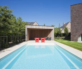 Exclusief betonnen buitenzwembad in een minimalistisch for Kostprijs polyester zwembad