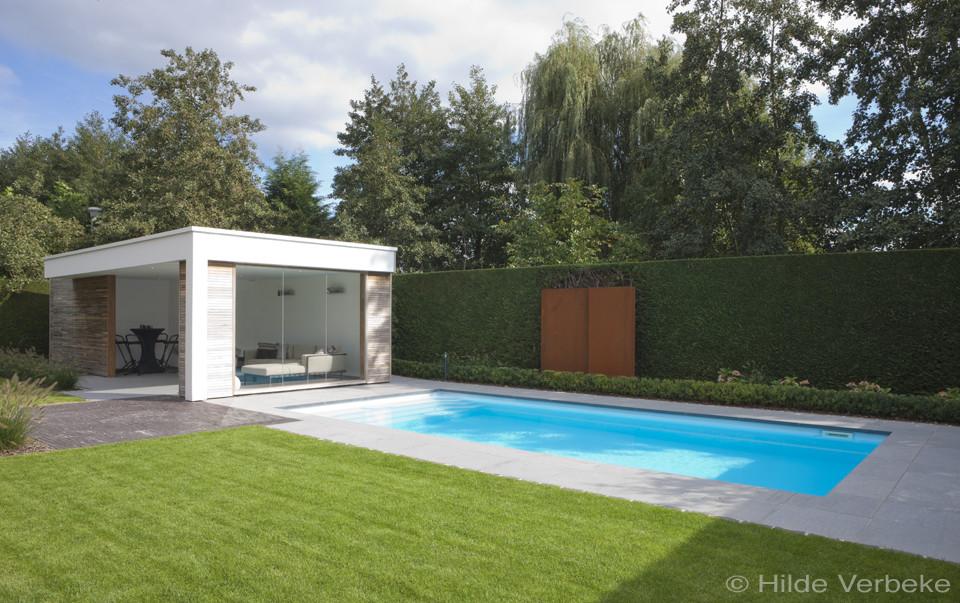 Witte starline monoblock naast strakke poolhouse in kleine for Zwembad houtlook
