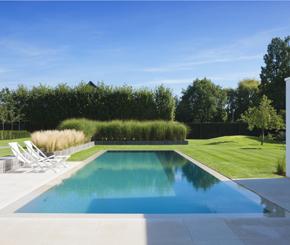 Overloop zwembad in beton met prachtige witte poolhouse, My pool by Hugelier