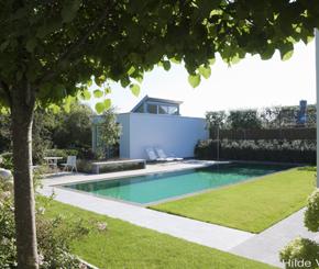 betonnen overloopzwembad aangelegd door zwembadbouwer Hugelier bekleed met groene mozaiek