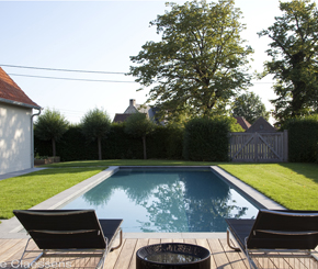 betonnen zwembad betegeld met mozaïek aangelegd door West-Pool