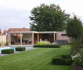 houten poolhouse met lounge en eetruimte