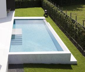 infinity zwembad bekleed met lichtgrijze mortel