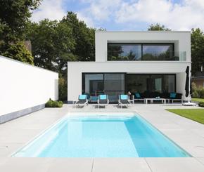 Witte starline monoblock naast strakke poolhouse in kleine for Monoblock zwembad