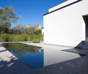 overloopzwembad bekleed met natuursteen Hugelier zwembaden