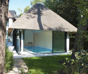 luxueus binnenzwembad, betonnen zwembad bekleed met witte glasmozaïek