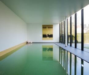 betonnen overloop zwembad, gele mozaiek