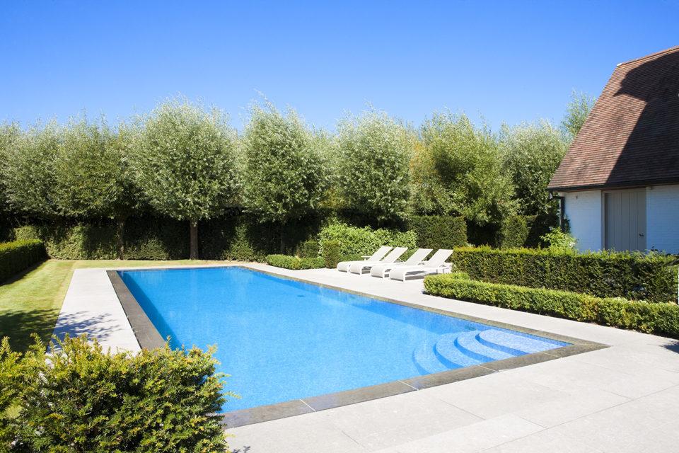 Luxe betonnen overloopzwembad bekleed met blauwe moza ek de mooiste zwembaden - Mozaiek blauwe bad ...