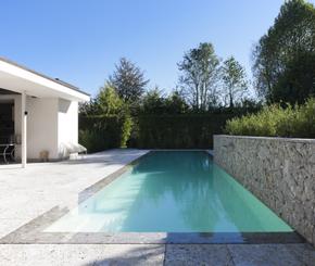 overloop zwembad bekleed met witte mozaïek, Antheunis zwembaden
