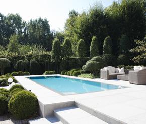 beton zwembad in tuin bekleed met lichtgrijze mozaïek, azur zwembaden