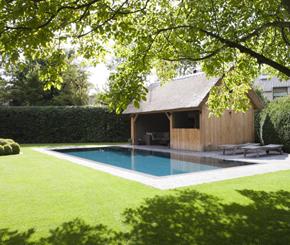 Betonnen buitenzwembad in tuin bekleed met mortex, Azur zwembaden