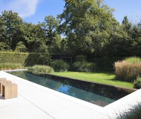 Luxe overloop zwembad en poolhouse baden in een pure for Kostprijs zwembad aanleggen