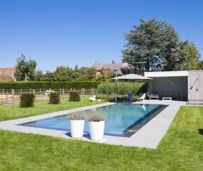 buitenzwembad met poolhouse, loungeruimte