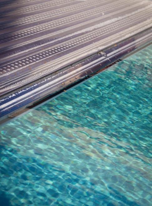 Automatische rolluik zwembad met solarlamellen