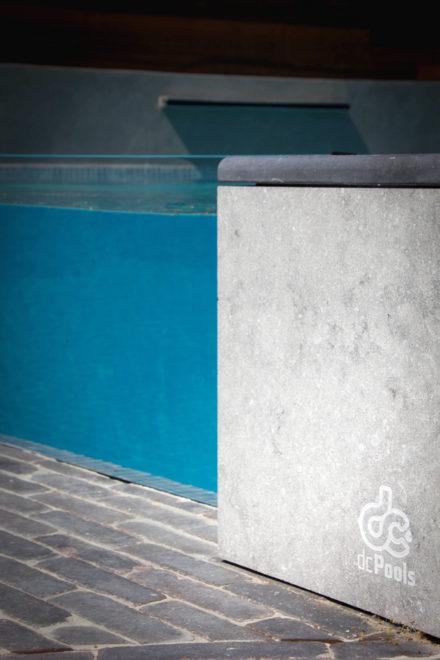 Beton zwembad glaswand