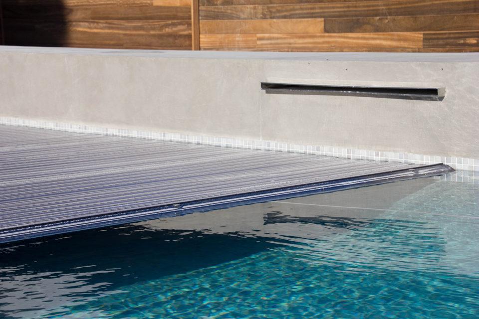 Beton zwembad met glasmozaiek