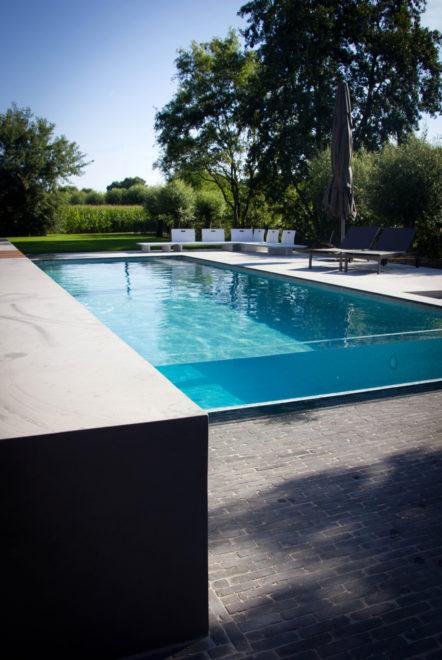 Beton zwembad met glaswand en terras-1