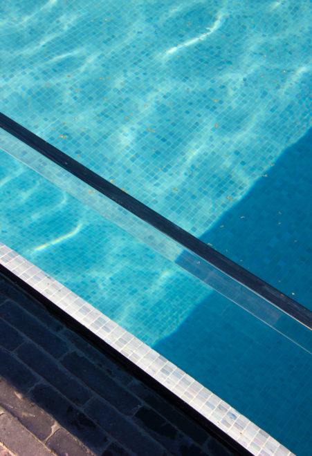 Zwembad glazenwand