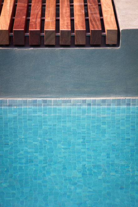 Zwembad met glasmozaiek