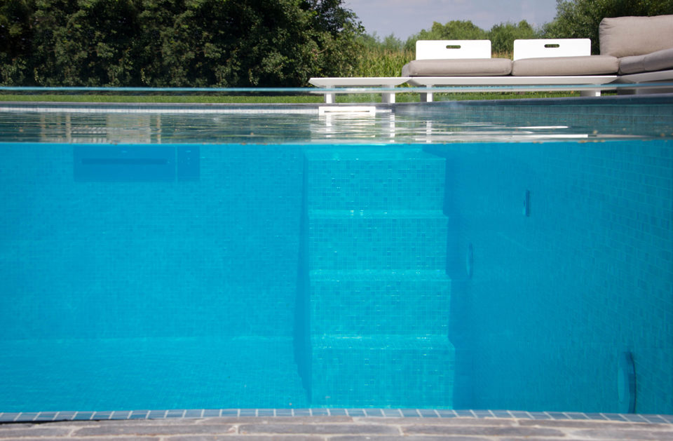 Zwembadtrap door glaswandc