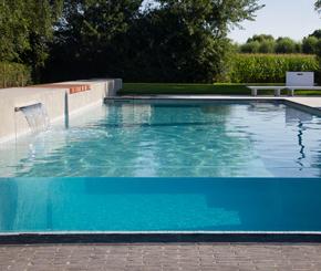 Beton zwembad met doorkijkwand