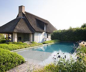 Bob Monteyne zwembaden, overloopzwembad met plage, landelijke tuin