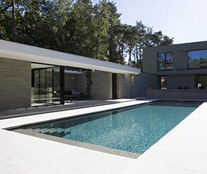Onderloopzwembad bekleed met mozaïek en voorzien van plage, Quality Pool