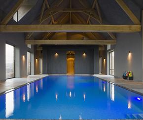 Binnenzwembad voorzien van borrelplaat. Zwembadbouwer West-Pool