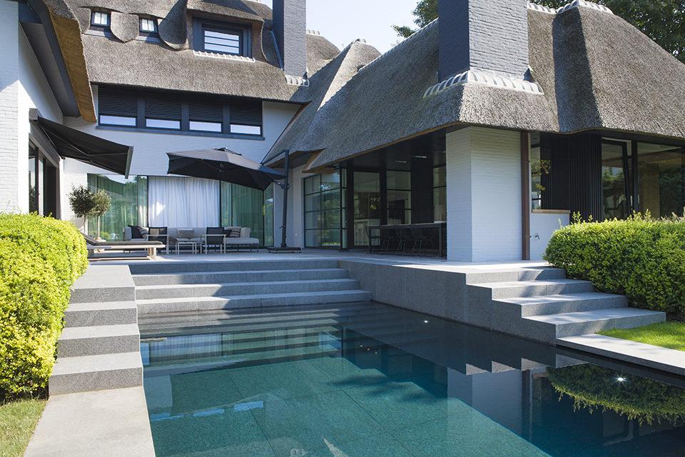 De Mooiste Trappen : Exclusief onderloopzwembad bekleed met natuursteen voorzien van