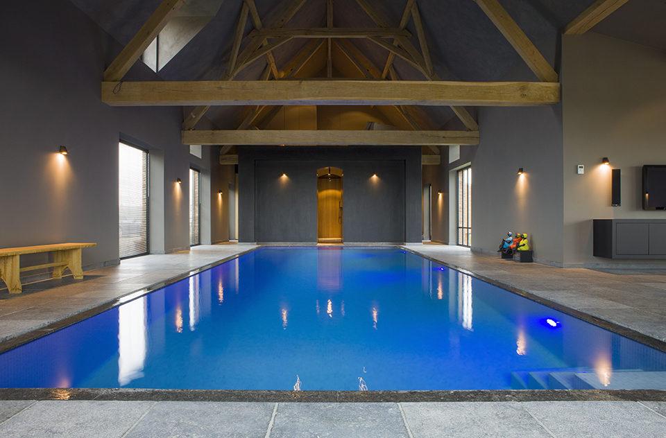betonnen zwembad aangelegd in oude schuur West-Pool