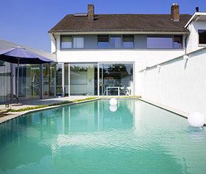 biologisch zwembad aangelegd in binnentuin, Aqua art