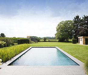 biologisch zwembad met strakke vorm aangelegd door Aqua Art