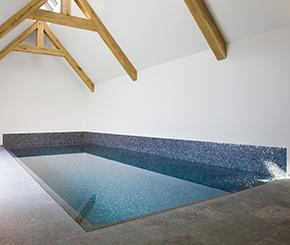 Betonnen binnen zwembad bekleed met mozaïek, binnenzwembad aanleggen