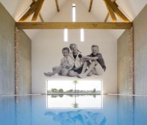 luxe binnenzwembad bekleed met mozaïek en voorzien van  Powerswim