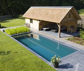 houten poolhouse in landelijke stijl met mooi zicht op biologisch zwembad