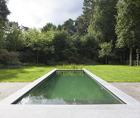 zwemvijver met strakke vorm voorzien van plage Aqua-art