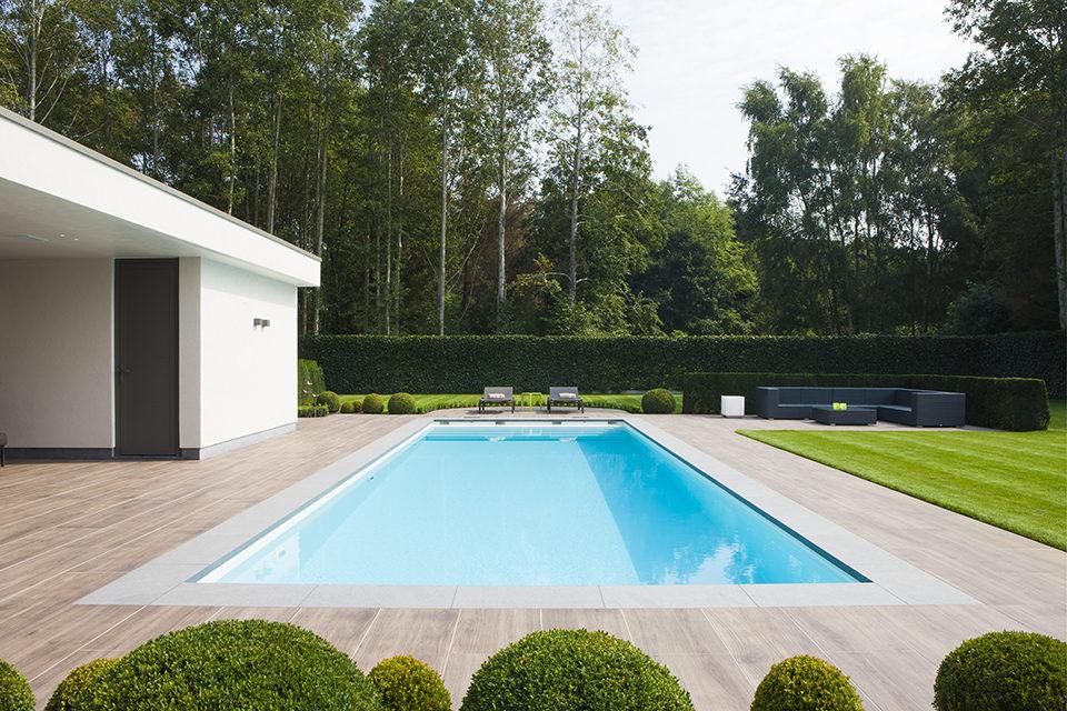 Starline buitenzwembad met moderne witte poolhouse en for Zwembad houtlook