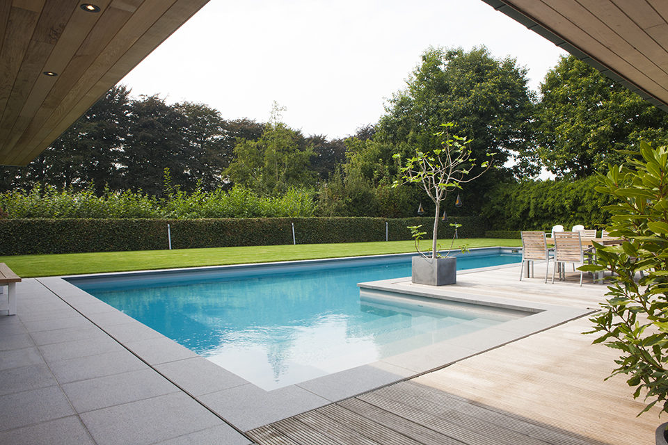 Luxe betonnen zwembad in l vorm bekleed met polyester met for Zwembad houtlook
