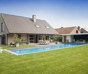 Betonnen zwembad in L-vorm bekleed met polyester, Becaus zwembaden