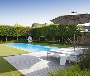 betonnen buitenzwembad met corian overlooprand My Pool by Hugelier