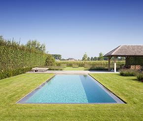 betonnen buitenzwembad bekleed met mozaïek in vele nuances van groen. Mypoolbyhugelier