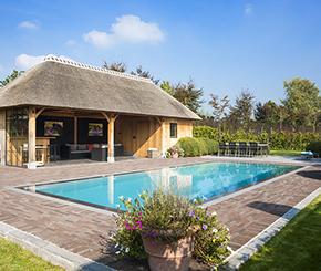 betonnen overloopzwembad bekleed met liner aangelegd door Swimtec
