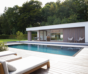 overloopzwembad naast strakke poolhouse, West-Pool zwembaden